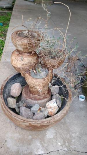 Fuente de agua con macetas