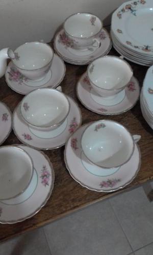 Juego de te de porcelana inglesa mas 15 platos de porcelan.