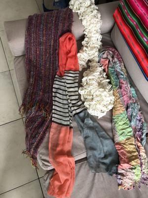 Bufandas/chalinas/pañuelos. Los pesos, 200 cada uno.