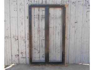 Dos antiguas ventanas de madera cedro con vidrios enteros