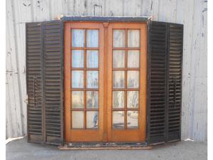 Antigua ventana de madera roble con celosías de hierro