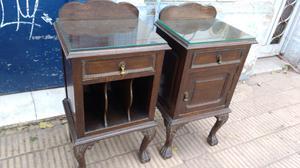 Antigua mesa de luz de estilo chipendal en madera de Roble