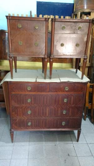 Antigua cómoda y mesas de luz de estilo