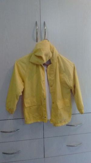 Campera con capucha impermeable talle 7