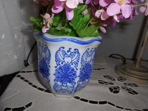 Porta maceta de cerámica blanca y azul