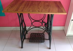 Mesa con pie de máquina de coser antigua