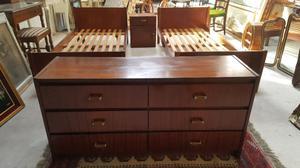 se venden 2 hermosas camas de 1 plaza y comoda y una mesa de