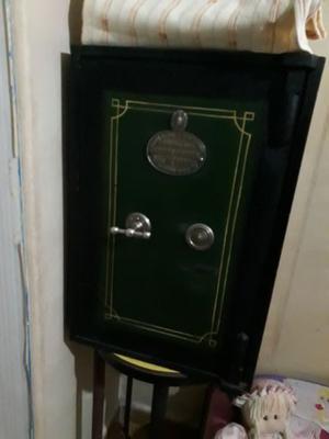 Caja fuerte de hierro con compartimento