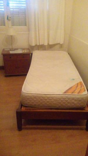Cama 1 plaza con colchón y mesa de luz