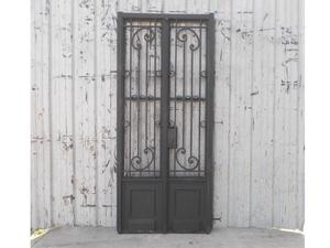 Antigua puerta de frente de hierro forjado con marco