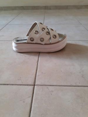 Sandalias blancas con anillitos número número 36 un uso