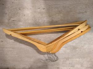 Perchas de madera lustradas