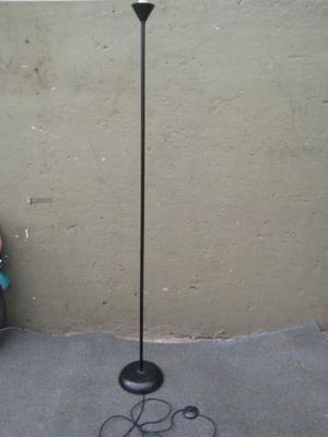 Lampara de pie de 1.75 de altura. Linea moderna