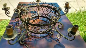 Antigua araña de estilo colonial en hierro forjado