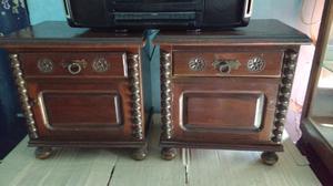 Antiguas mesas de luz de estilo colonial en madera de cedro