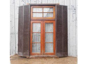 Dos antiguas ventanas de madera cedro con celosías de