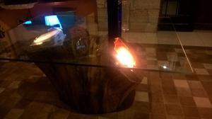 Mesa de madera con cristal, luces y piedras a medida