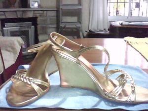 sandalias doradas taco chino