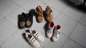 Vendo zapatillas, zapatos, botitas muy buen estado.