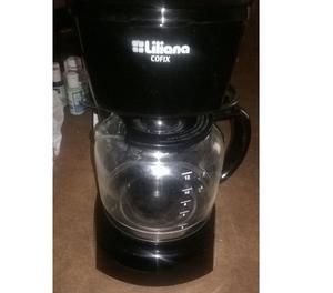 cafetera con seis tazas de cafe con seis platos