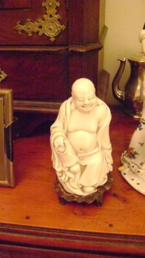 Antigua Figura De Buda En Porcelana Blanca China En Pedestal
