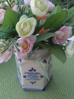Florero de cerámica blanca y azul exagonal