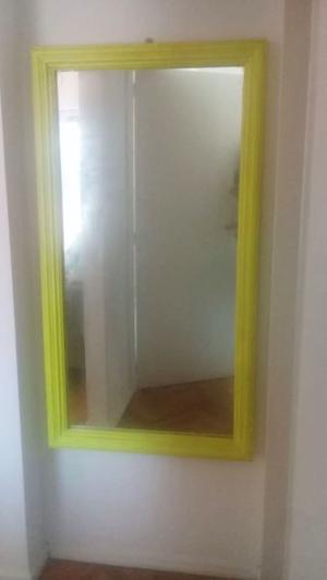 Espejo largo y lindo con marco de madera