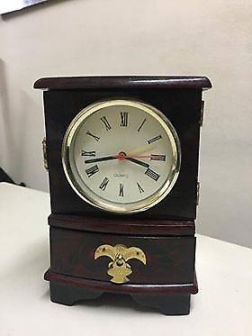 Hermoso reloj de adorno en caja de madera laqueada