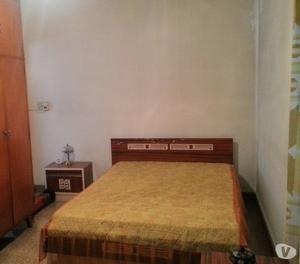 Juego de dormitorio (cama, mesas de luz, cómoda cespejo)