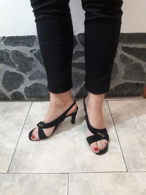 Zapatos negros taco fino y bajo. Nº37