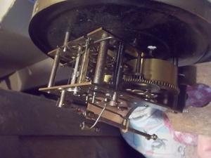 antigua maquina de reloj de pared aleman con llave y pendulo