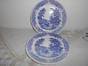 Liquido!Dos platos postre de cerámica blanca y azul. Muy