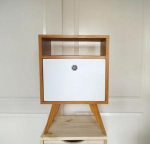 Mesa de luz pino pintada tirador vintage mesita