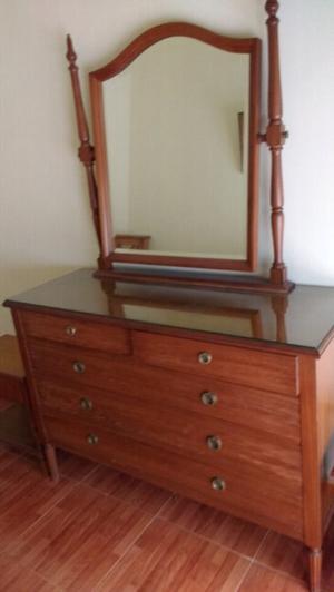 antigua cómoda de estilo con espejo biselado