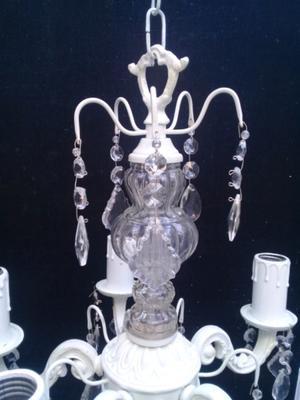 Araña estilo shabby chicde 5 luces con caireles de cristal.