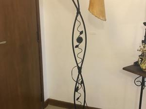 Lámpara de pie de hierro artístico y para dos luces con