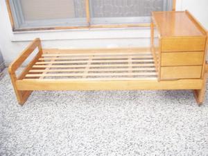 Cama de 1 plaza con cajonera y colchón.