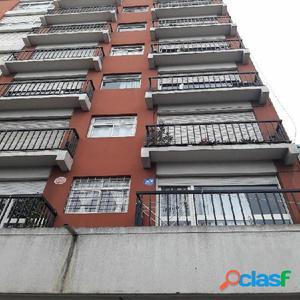 Departamento 2 ambientes con balcon a la calle!