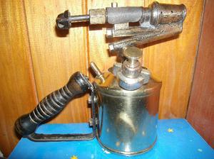 antigua lampara de soldar de bronce, de plomero o zinguero.