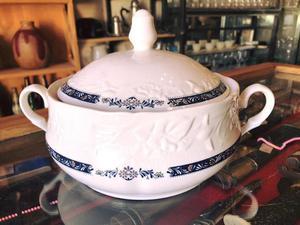 Sopera De Porcelana En Relieve, Excelente Estado.