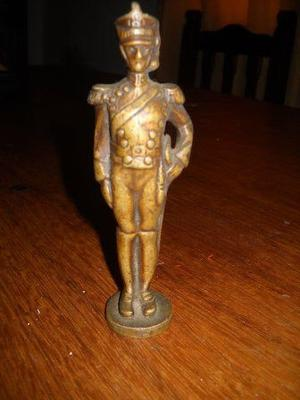 antiguo granadero de bronce