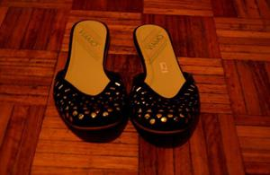 Chatitas negras de gamuza con tachas, talle: 37
