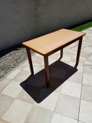 Mesa de madera y formica