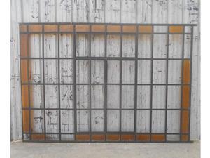 Antigua ventana de hierro tipo mampara a dos hojas de abrir