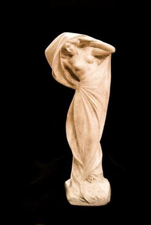 Gran Escultura de Marmolina Figura de Mujer Art Nouveau.