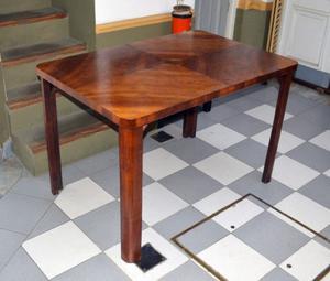 Mesa de comedor de madera.