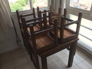 Mesa de madera con sillas