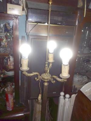 antigua lampara de pie de bronce tres luces con pantalla