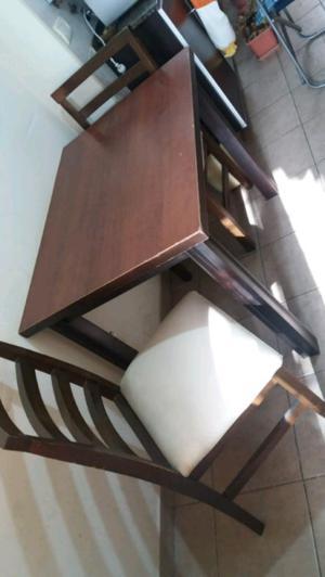 Mesa de madera con dos sillas