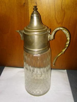 Antigua jarra de vidrio tallado y metal